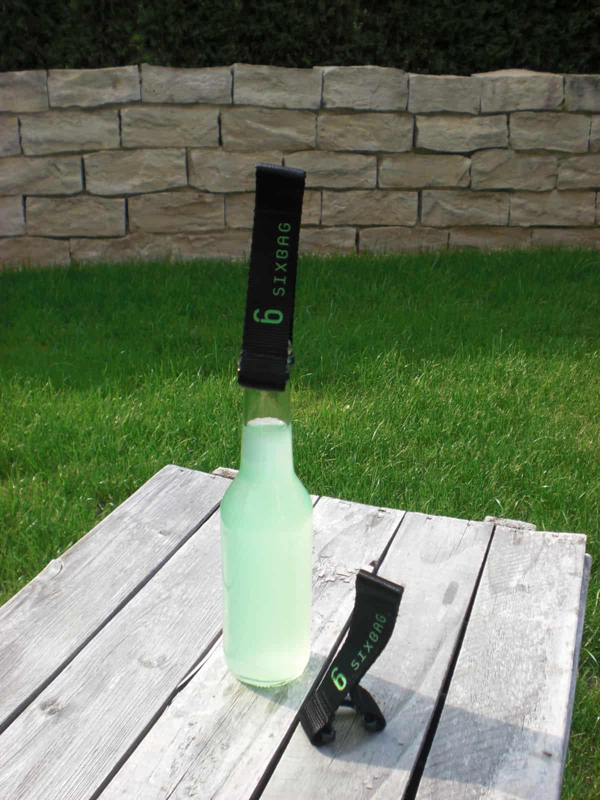 Hobbyhure poppt mit Glasflasche